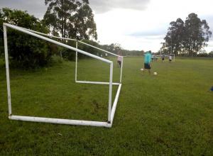 Campo de futebol recebe novas goleiras após vandalismo