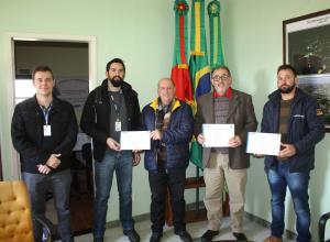 Membros da administração municipal recebem certificado de participação em senso do IBGE