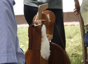 Oficina de tecelagem em lã crua proporciona formação profissional rural em Dilermando de Aguiar